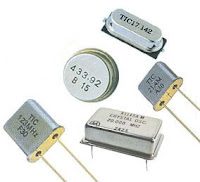 Kwarce zwiększające dokładność taktowania mikrokontrolera przez co precyzyjniejszą jego pracę np. przy odliczaniu czasu.