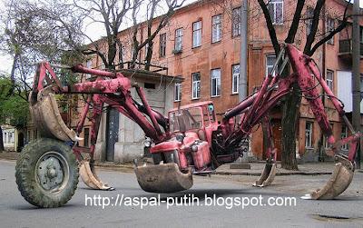 robot traktor super besar