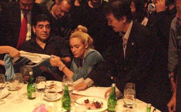 Roy Suryo Tumpahkan Anggur Merah di Depan Pacar Maradona