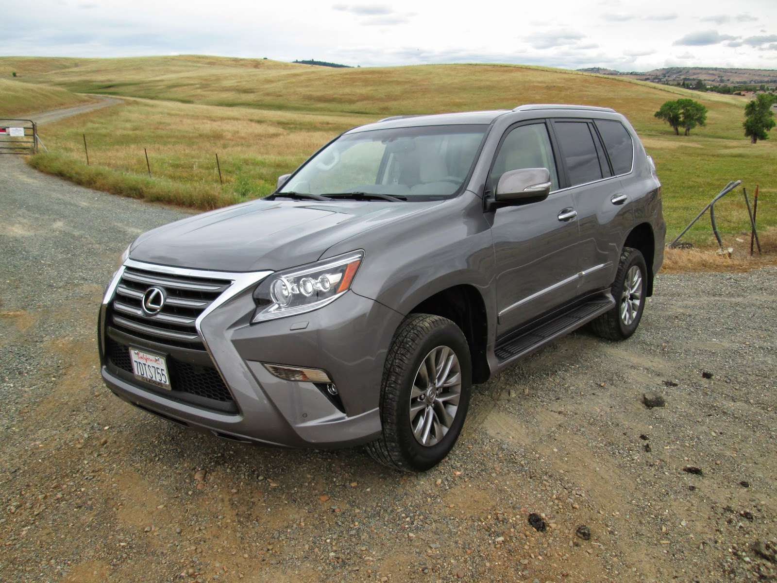 Front 3/4 view of 2014 Lexus GX460