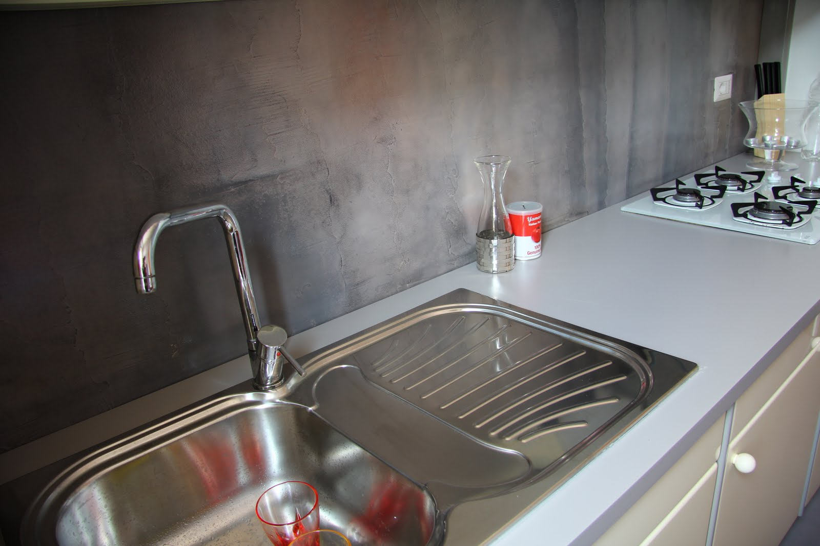 Parete cucina in resina - Resin kitchen wall | Tempo di Lamponi