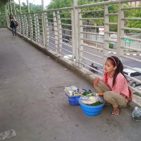 Begini Cara Ninih Penjual Gethuk Cantik Jembatan Kuningan Ladeni Godaan Pembeli