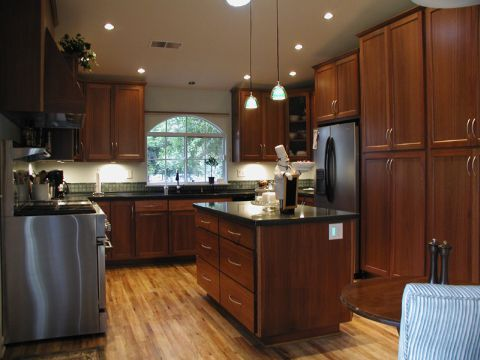 Kitchen decor idea dark brown kitchen cabinets pictures for Brown kitchen cabinets with black appliances