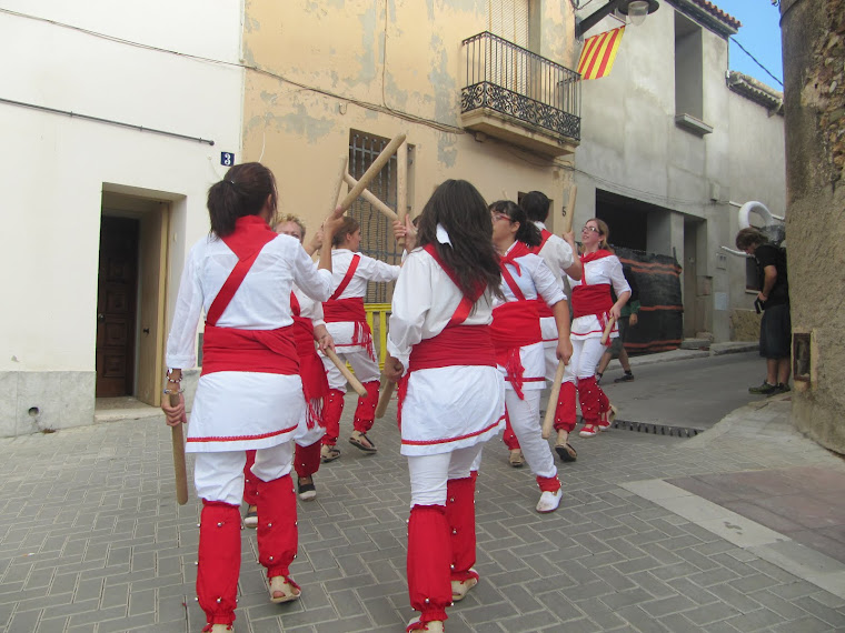 Bastoners de Malla dansant en cercavila