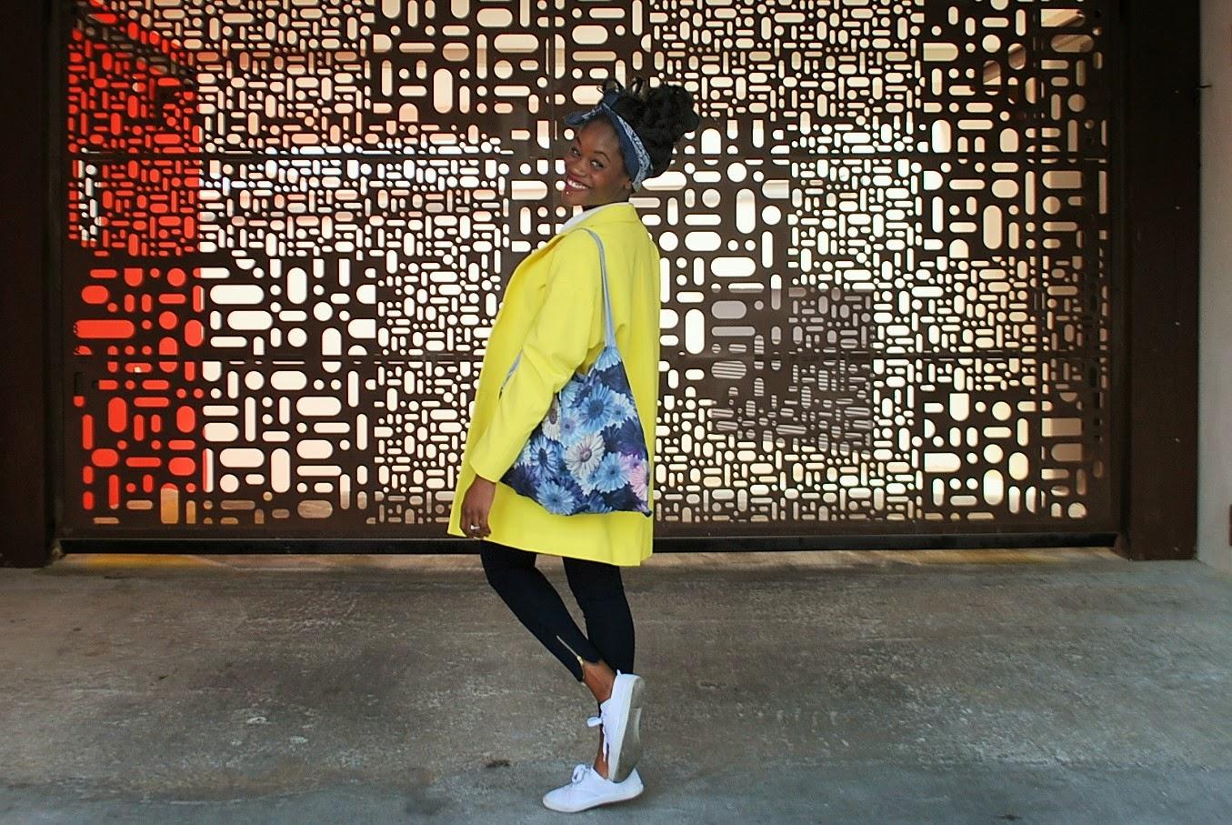 veste jaune primark, headband, tote bag fleurs bleues, basket blanches