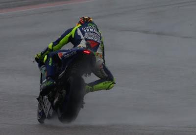 Valentino Rossi Juarai Balapan Hujan MotoGP Silverstone, Marquez Jatuh