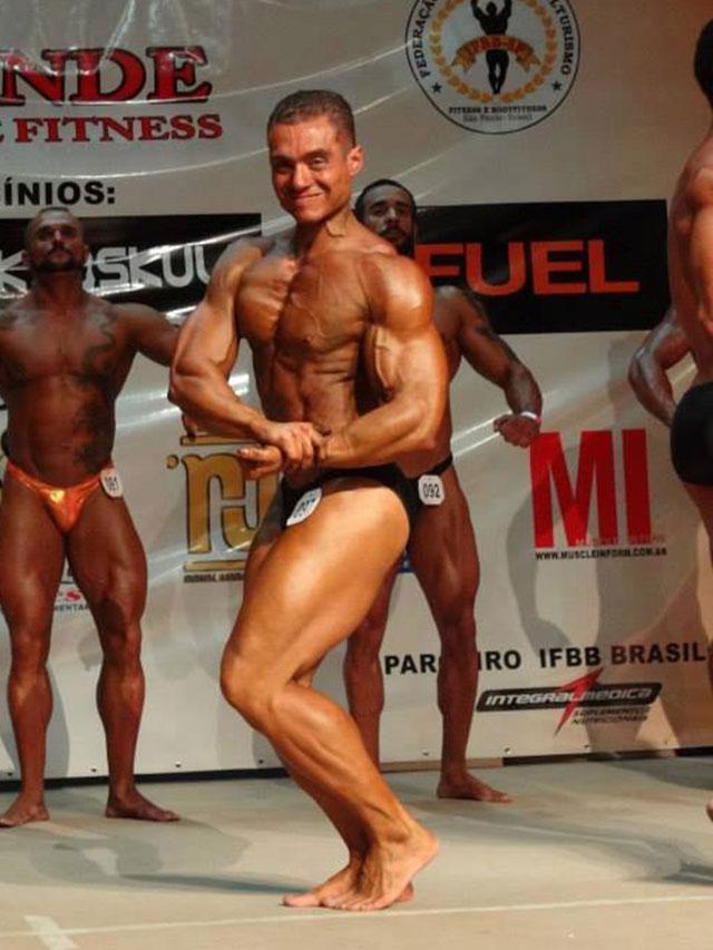 Rodrigo Peixoto no palco do IV Troféu Cidade de Praia Grande de Musculação e Fitness. Foto: Alan Azevedo