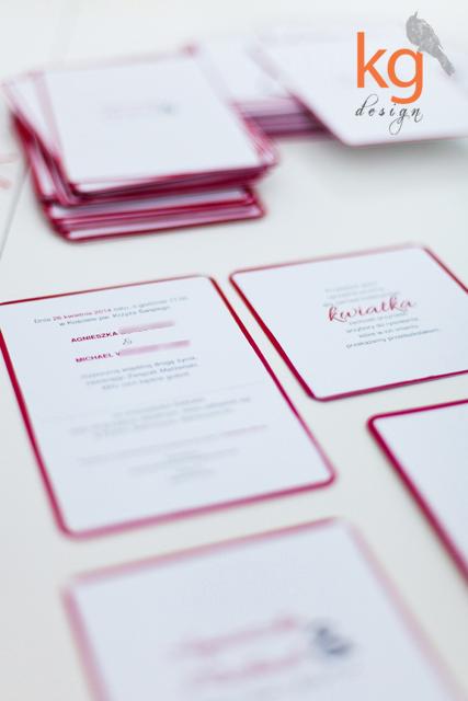 minimalistyczne typograficzne skromne zaproszenie slubne z lamowka znaczek i stempel na kopercie czerwony bialy szary,minimalistyczne, typograficzne, lamówka, czerwony, biały, szary, kolorowy sznurek, wiązane kolorowym sznurkiem, zaokrąglone rogi, znaczek na kopercie, proste, kg design, osobne kasrty wiązane sznurkiem, recznie robione, wyjątkowe, nietypowe, oryginalne, Bochnia, Kraków, Katowice, Warszawa, Wrocław, wstazka, proste, eleganckie, stempel z data, monogram,