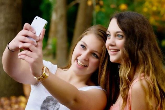 """(Bangkok, 18 de febrero EFE).- La moda de autorretratarse con el móvil (""""selfie"""") y colgar el resultado en la red puede acarrear problemas mentales, como depresiones o paranoia, si no se obtiene el reconocimiento del público, advierte una doctora tailandesa. """"Prestar demasiada atención a las fotografías publicadas, controlando quién las mira o a quién le agrada o quién comenta, con la esperanza de lograr la mayor cantidad posible de 'me gusta' es un síntoma de que las 'selfies' están causando un problema"""", declara la especialista Panpimol Wipulakorn, del departamento tailandés para salud mental. La experta señala que tales comportamientos podrían"""