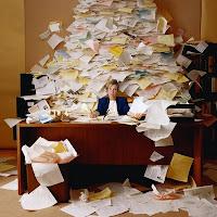 Montañas de papel en la oficina