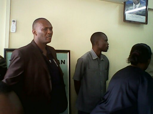 Kushoto ni Ofisa Usalama feki, Bw. Alquine Masubo,akiwa polisi.