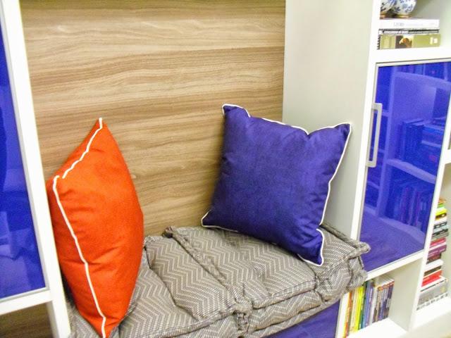 almofadas e futons dentro da estante da sala de leitura do Senac - Santos Arquidecor 2013