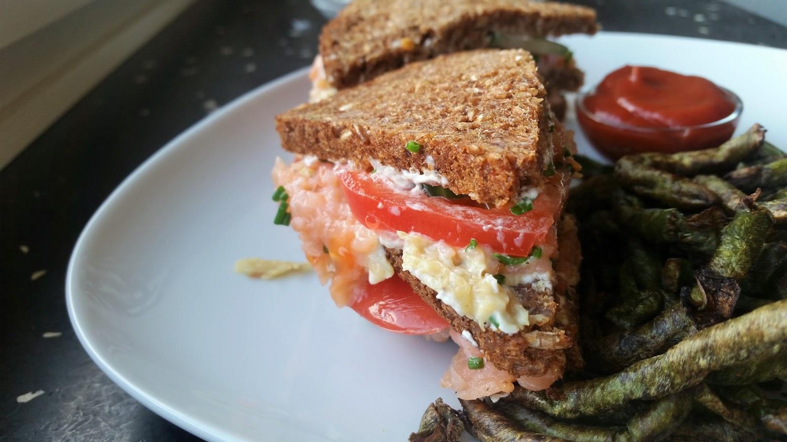 Triple decker lakse sandwich og bønnefritter