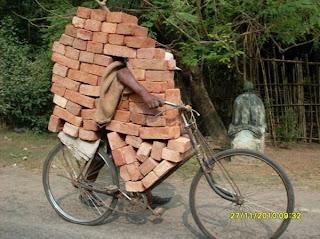 hot de caramizi cu bicicleta