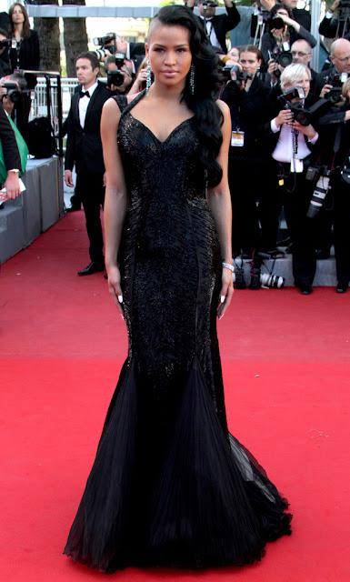 Cassie Roberto Cavalli kıyafetiyle