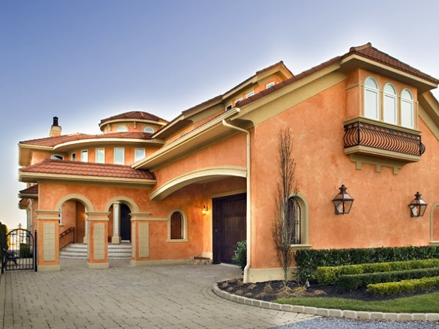 en esta bonita casa destaca en su fachada lateral un hermoso bow windows sus paredes tienen un color salmn que destaca mucho