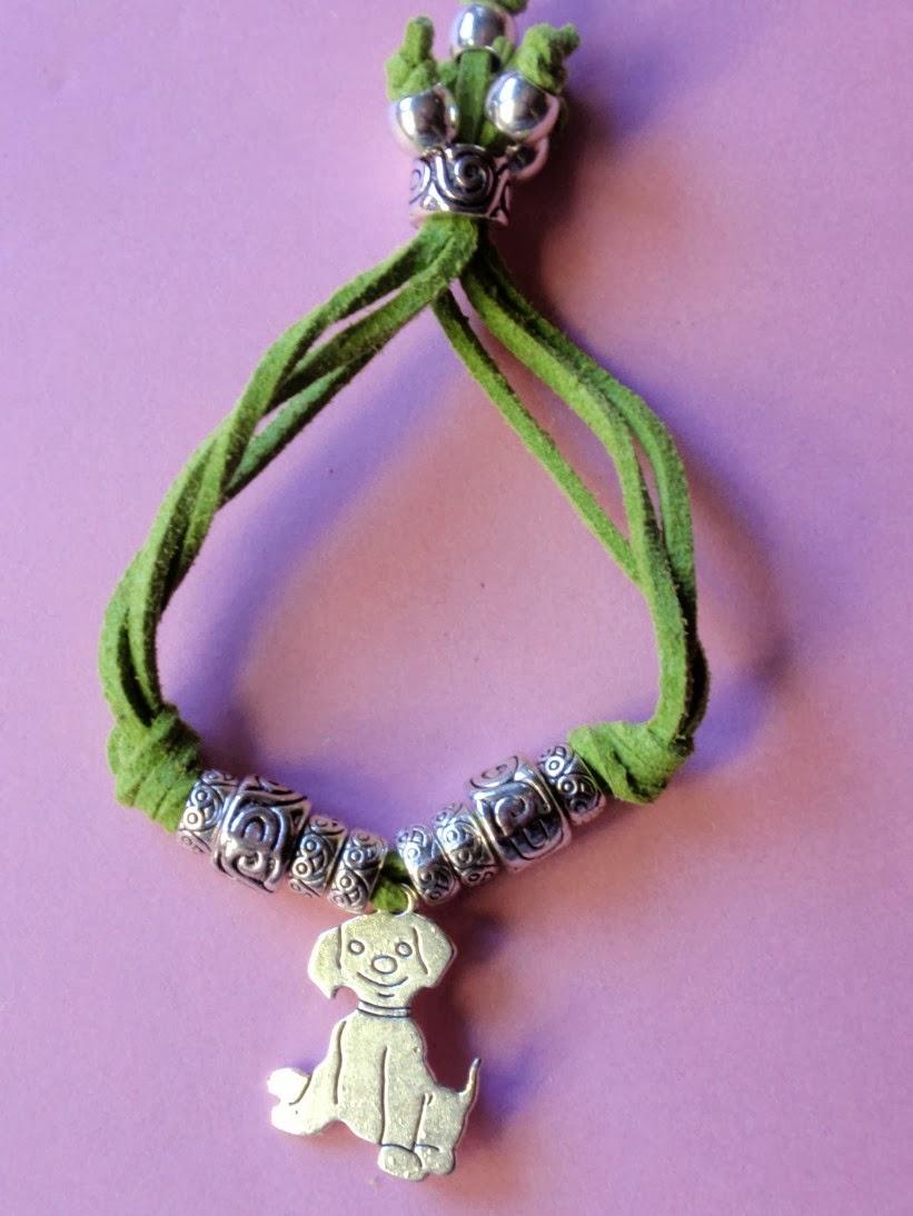 Pulsera ajustable elaborada con antelina verde y abalorio colgante de perrito