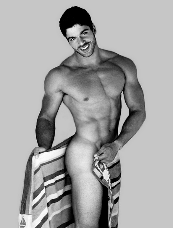 Kadu Parga cobrindo a nudez com uma toalha em foto para calendário beneficente