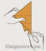 Bước 16: Gấp cong cạnh giấy dưới cùng để tạo đuôi cá đuối.