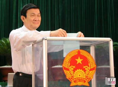 Chủ tịch nước Trương Tấn Sang bỏ phiếu tại kỳ họp thứ nhất Quốc hội khóa XIII. Ảnh: Tiến Dũng