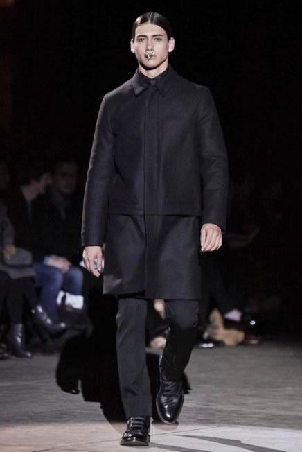 O modelo Rodrigo Braga na passarela da Givenchy Inverno 2012 (Foto: Cortesia Elian Gallardo Agency)