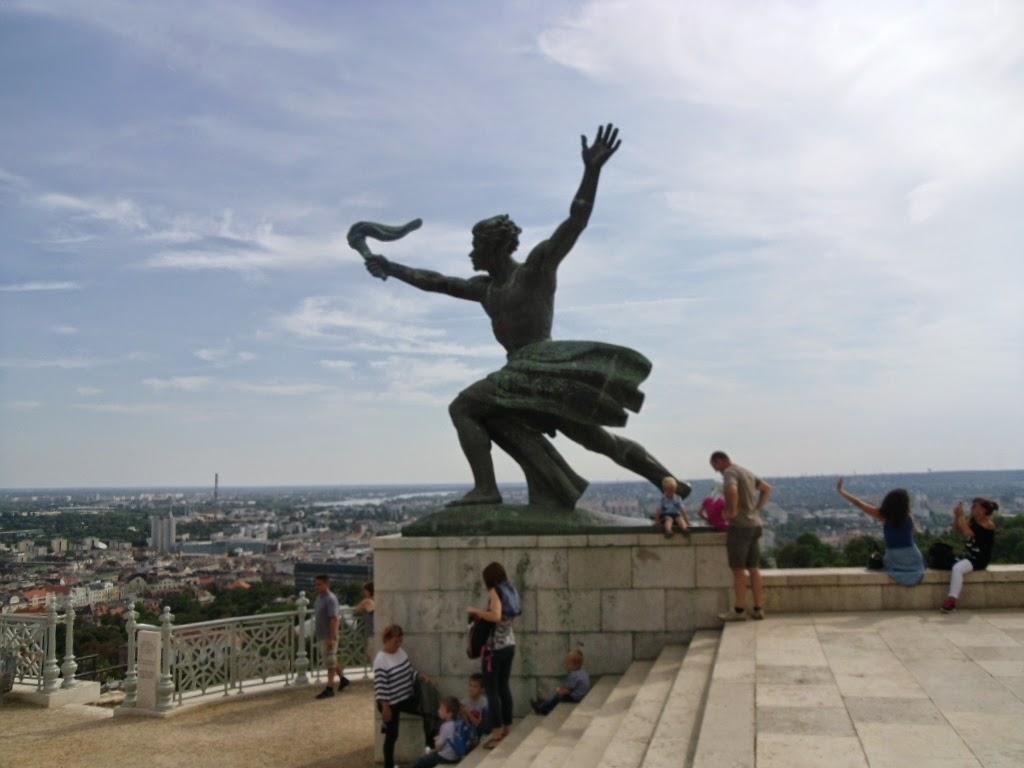 Estátua na praça do Monumento da Libertação Budapeste