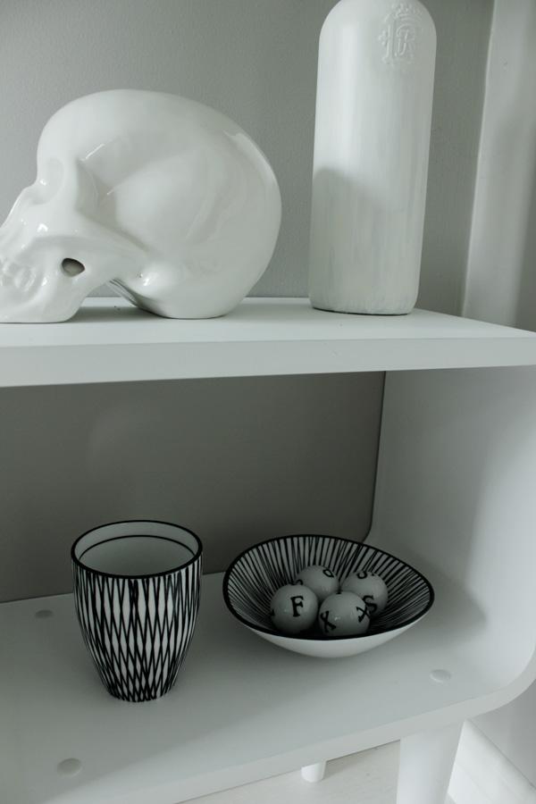 dödskalle vit porslin, vit flaska med blomma, village, inredning i vitt och svart, arbetsrum, ateljé inspiration