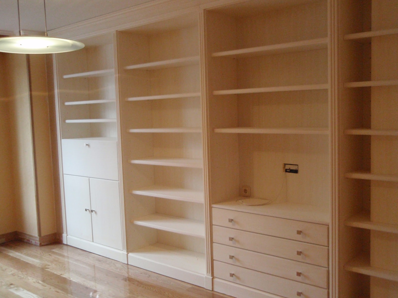 Mueble de pared completa a medida en madera lacada for Carpinteria en madera