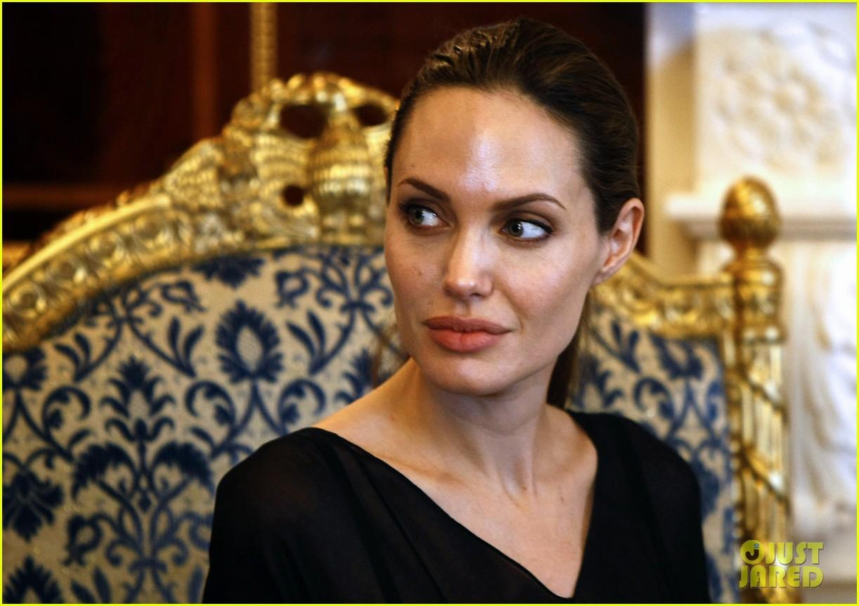 http://2.bp.blogspot.com/-kYY2ngIPRE4/UFYUcfM8jBI/AAAAAAAAKCY/sXAs3pIT3Ww/s1600/angelina-jolie-iraqi-prime-minister-01.jpg