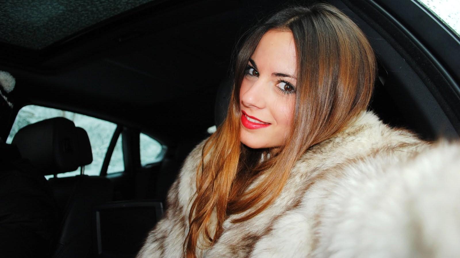 http://2.bp.blogspot.com/-kZU5Uq6bwoQ/TecBbGrf2VI/AAAAAAAAEq0/847ug7d5FrU/s1600/red+lipstick+and+fur.JPG