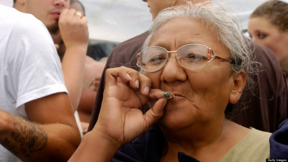 idosos fumando maconha