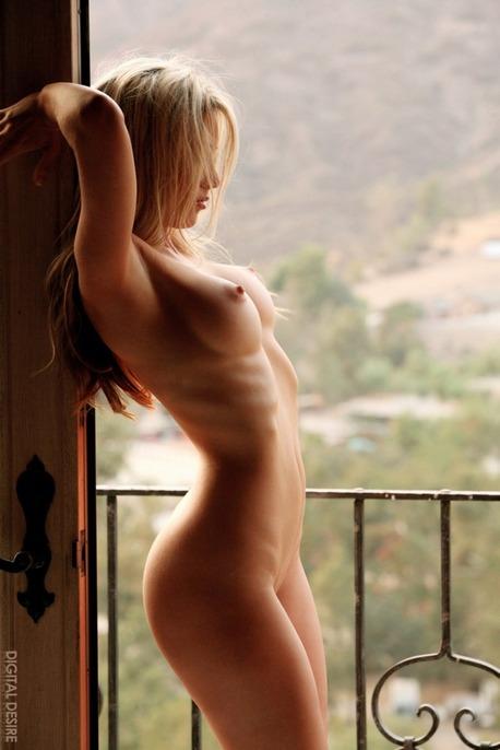 Фото девушки с торчащими сосками