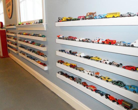 Decoração de quarto de criança com cestos de plastico para organizar brinquedos.
