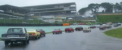 Os veículos deixam o circuito através de um acesso alternativo à entrada dos boxes, reservada para  os carros de corrida.