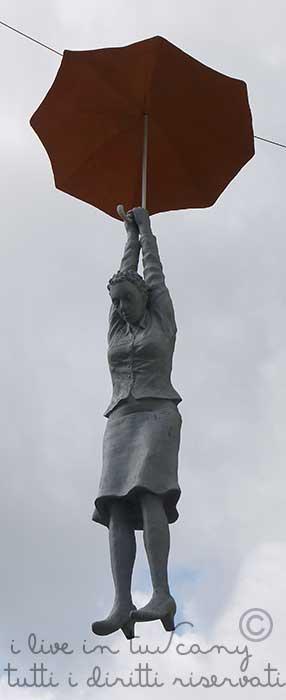 atterrano dolcemente con l'ombrello come una famosa mary...sculture di michal trpack in arezzo