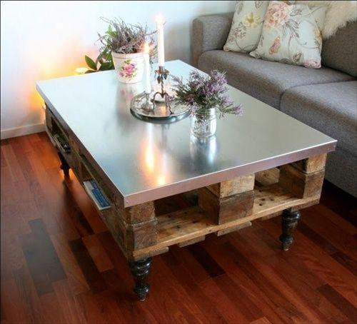 idéias com paletes,mesa de palete com tampo de metal