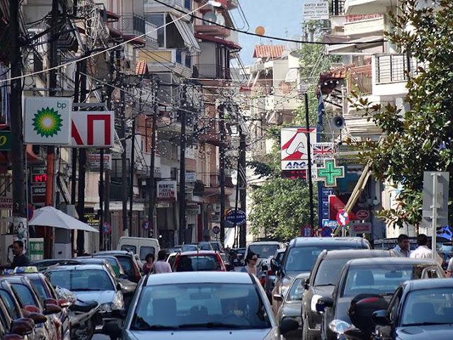 Η πόλη ένα απέραντο μπάχαλο, η τροχαία απαθέστατη, ο δήμαρχος συνεχίζει να πεζοδρομεί και ο κόσμος δυσανασχετεί
