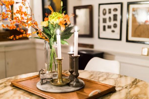 candelabros y flores encima de la mesa