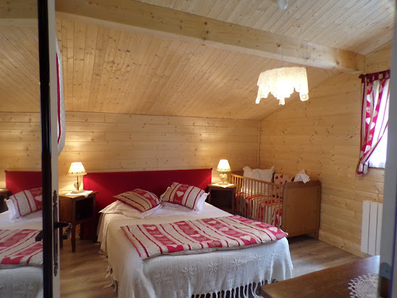 Chambre avec Lit de 140 cm + lit bébé + télévision chalet Le Glacier