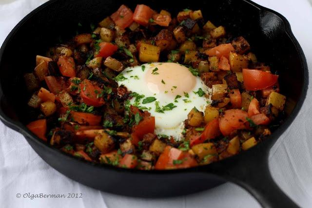 Mango & Tomato: Mexican Breakfast: Chorizo, Potato & An Egg in an Cas...