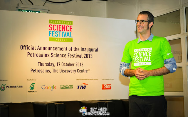 Dr. Graham Walker from Canberra demonstrated how a simple chemical reaction can create popping fun within seconds.