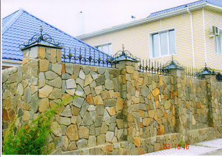 Каменный забор с ковкой. Фото 5