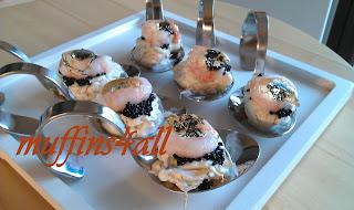 fingerfood: cucchiai di labneh al finocchietto selvatico con noce croccante, gamberetto, caviale d'alghe e gelatina di vino pecorino