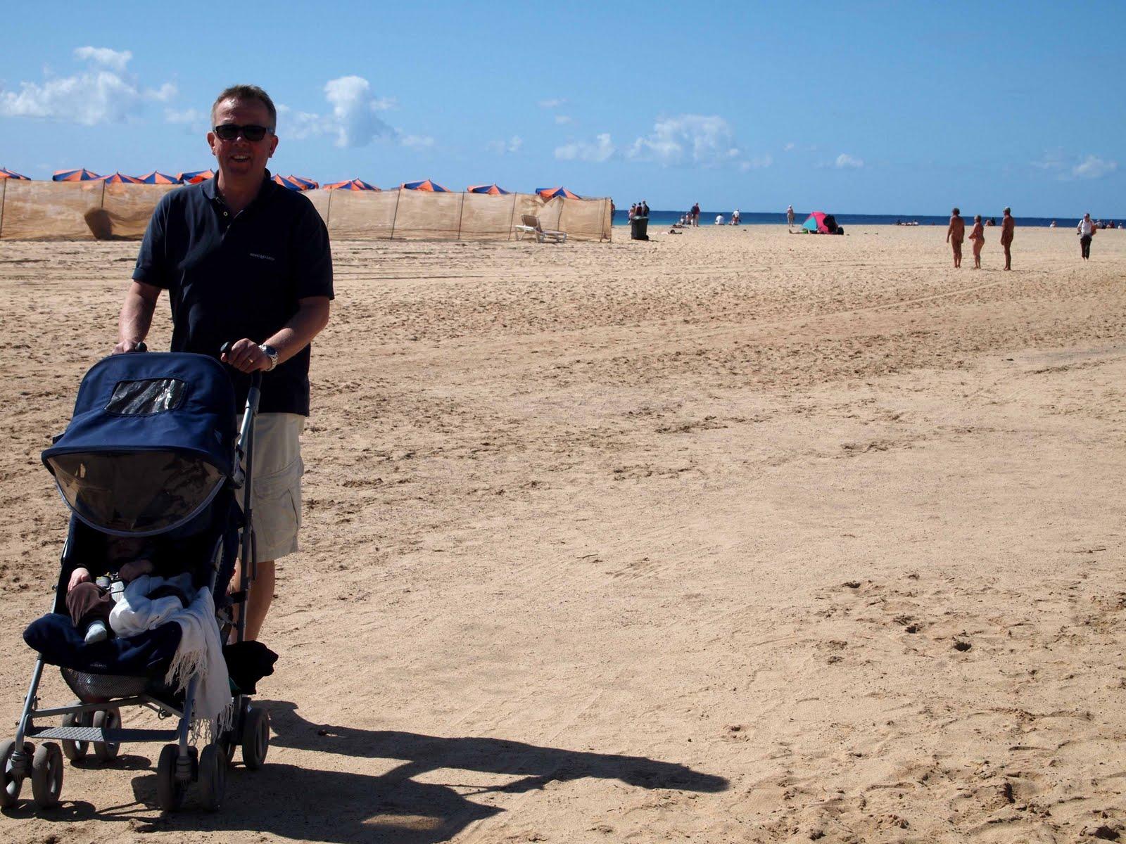 Naken på stranden