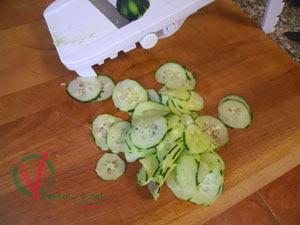 Pelar y cortar en rodajas el pepino.