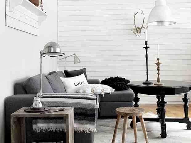 Antyczny stolik i nowoczesna sofa, stolik z desek, drewniany taboret