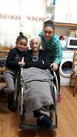 Teresa celebrando su cumpleaños con dos de sus bisnietas, Mª Victoria y Julia