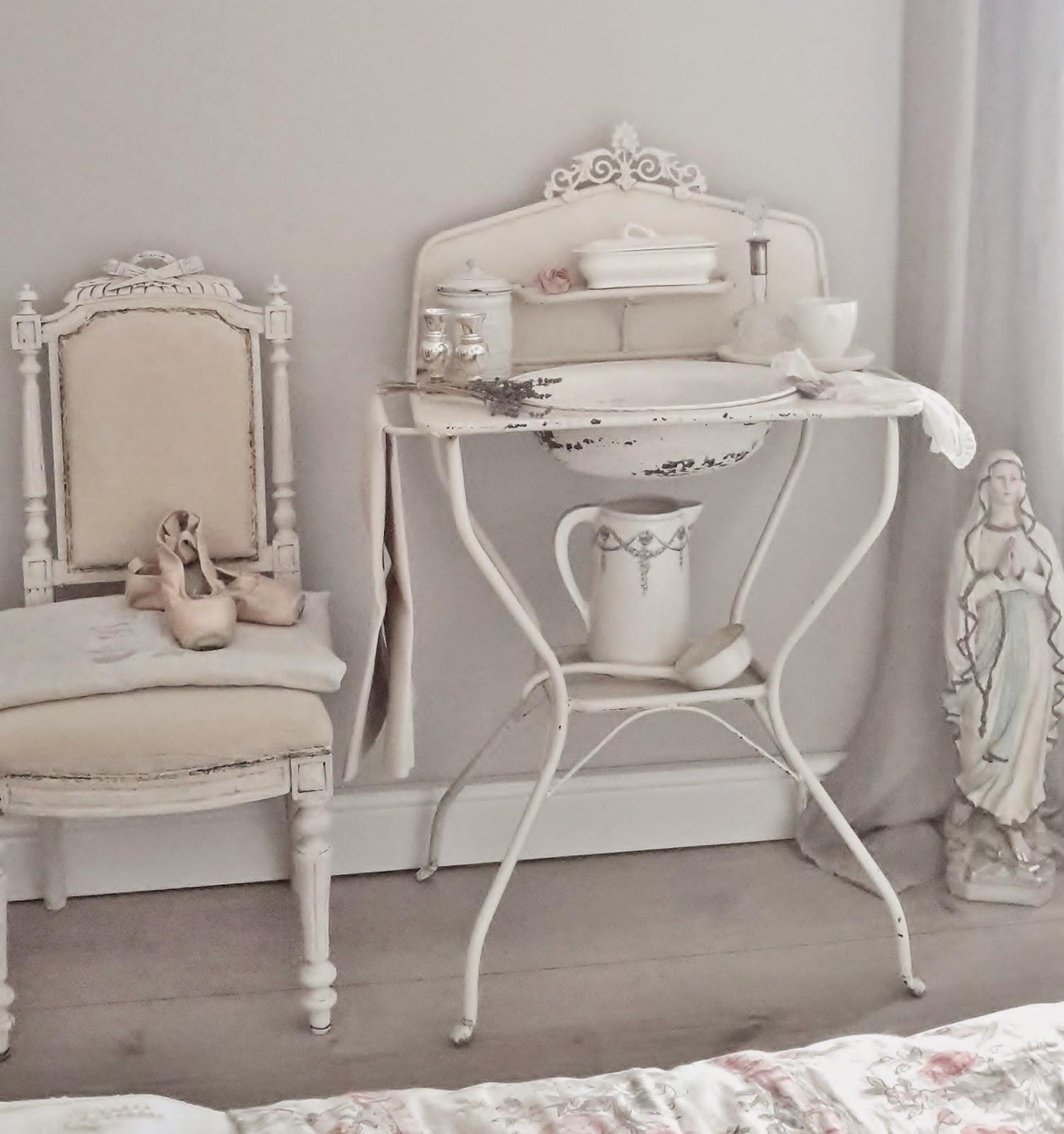 brocante charmante fundst ck des monats alter waschtisch aus frankreich. Black Bedroom Furniture Sets. Home Design Ideas