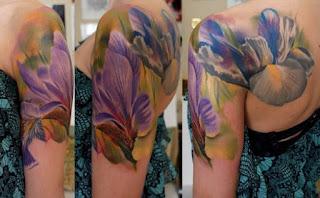 Tatuagem realista de flores