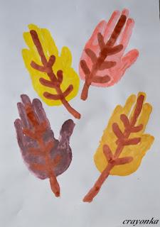 liście namalowane dłońmi i palcami